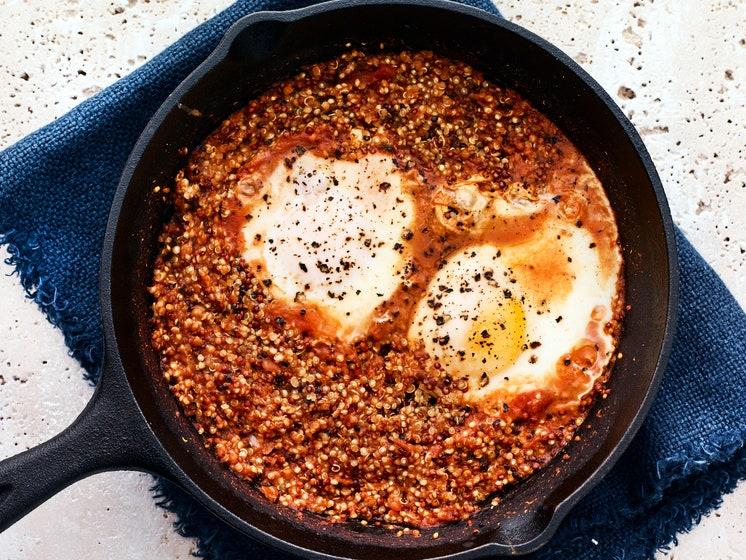 Ovos e Quinoa com Molho de Tomate