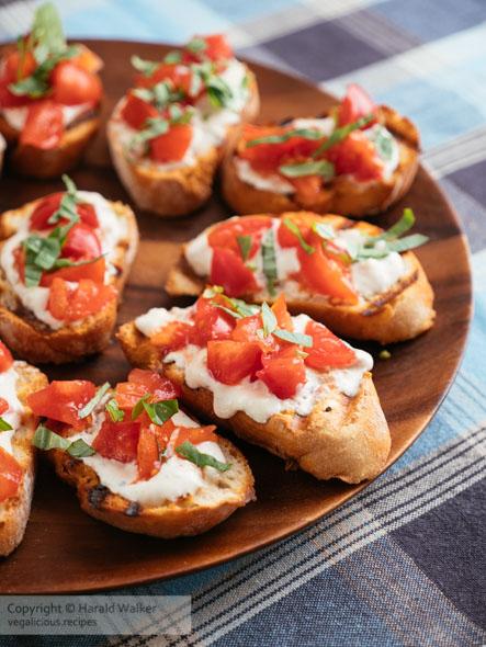 Bruschetta com Tomate e Queijo Feta Vegan