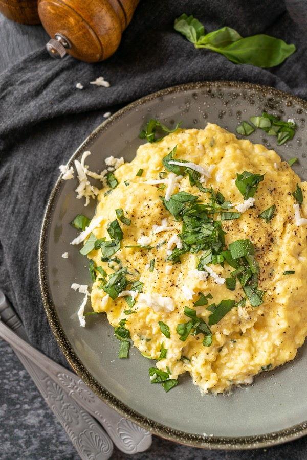 Ovos com Manteiga de Manjericão e Queijo