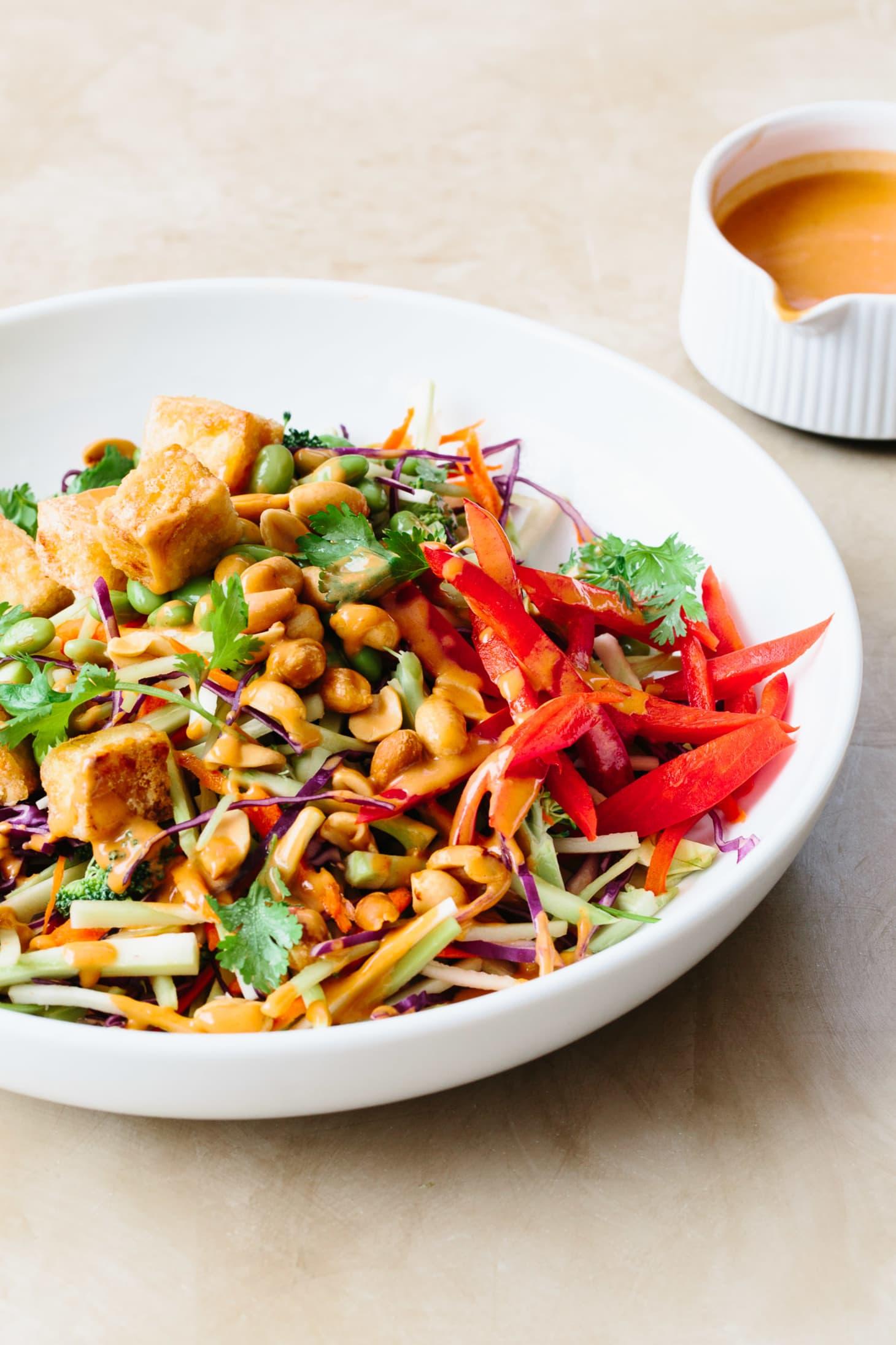 Salada de Tofu e Brócolos com Molho de Manteiga de Amendoim
